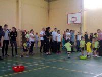 """Малките """"щурчета"""" спортуваха и се забавляваха заедно с родители и учители"""