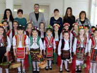 Малки лазарки посетиха Община Кнежа