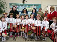 """Лазарки поздравиха с песни и танци екипа на ДГ """"Снежанка"""" – Плевен"""