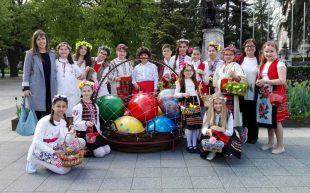 """Ученици от НУ """"Христо Ботев"""" – Плевен пресъздадоха обичая """"Лазаруване"""" (снимки)"""