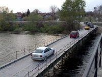 Временният мост над Искър при Чомаковци остава затворен до спадане нивото на реката
