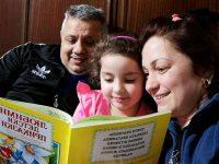 """Семейства и педагози от ДГ """"Калина"""" – Плевен ръка за ръка в Международния ден на детската книга"""