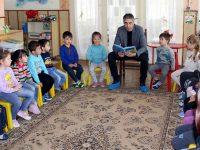 Кметът на Кнежа чете приказки на малчугани по повод Международния ден на детската книга