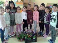 """Малчугани от ДГ """"Калина"""" – Плевен засадиха цветя за Деня на Земята"""