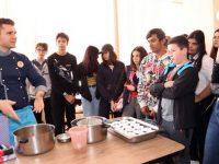 Топ сладкар при шеф Андре Токев готви крем карамел и торта с ученици на ПГРТО-Плевен