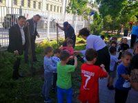 """Зам.-кметът Стефан Милев засади дръвчета в двора на ДГ """"Щурче"""" – Плевен"""