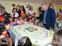 Община Пордим зарадва малчуганите с огромна торта за Деня на детето