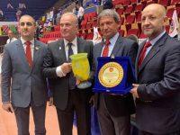 """Президентът на КБИ """"Петромакс"""" – Плевен отличен за принос в развитието на каратето"""