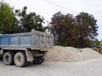 Ремонтират и насипват с трошен камък улици в населени места на община Гулянци