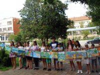 Малки художници донесоха пъстро настроение в Тръстеник по време на Биеналето на детската рисунка