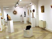 Пътуваща изложба с пластики и релефи от дърво представят днес в Плевен