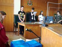 """Със симулативен съдебен процес приключи съвместната работа между СУ """"Крум Попов""""и Районен съд – Левски"""
