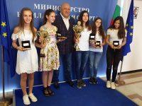 """Министър Кралев се срещна с двата отбора по шахмат с името """"Плевен"""", участвали на европейско първенство"""