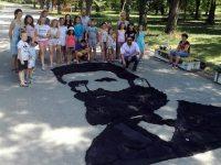 В Долни Дъбник деца изработиха портрет на Христо Ботев от стари дрехи /снимки/
