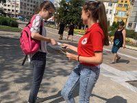 Презервативи и информационни материали за СПИН раздаваха днес младите червенокръстци в Плевен