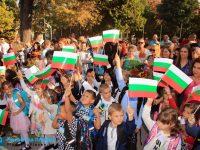 """С българското знаме в ръка първокласниците на НУ """"Патриарх Евтимий"""" прекрачиха училищния праг /галерия/"""