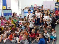 """Ученици от НУИ """"Панайот Пипков"""" гостуваха на детски градини в Плевен"""