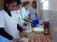 Ученици и родители готвят заедно в ПГМХТ-Плевен