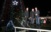 Руският посланик запали светлинките на втората коледна елха на Плевен тази вечер – снимки