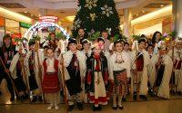 """В навечерието на идващите светли коледни и новогодишни празници, ученици от НУ """"Христо Ботев"""" гостуваха в Панорама мол Плевен."""