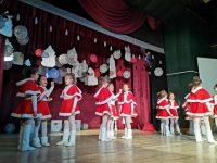 Вълшебен коледен концерт подариха децата на Кнежа