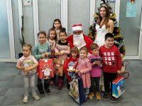 Коледари огласиха офиса на НАП – Плевен, Дядо Коледа раздаде подаръци