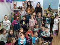 """Ученици от ПГЕХТ – Плевен четоха приказки на малчугани в ДГ """"Снежанка"""""""