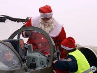 """Дядо Коледа пристигна със самолет при децата във ВВУБ """"Георги Бенковски"""" – Долна Митрополия"""