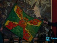 Родолюбива българка уши реплика на Възпоменателното знаме за освобождението на Плевен