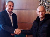 Кметът Спартански връчи парична награда на Петър Петров, извадил кръста на Богоявление край Плевен