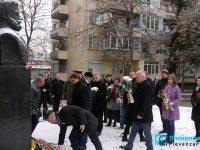 Поклон и цветя пред паметника на Ботев в Плевен /снимки/