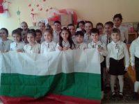 """С поредица от инициативи малчугани от ДГ """"Калина"""" – Плевен честваха Трети март"""