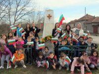 В село Малчика отбелязаха с тържествено поклонение и шествие Националния празник на България