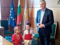"""Малчугани от ДГ """"Зорница"""" подариха мартеници на кмета и на служители в Общината"""