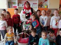 """Баба Марта закичи с мартеници децата и персонала на ДГ """"Теменуга"""" – Плевен"""
