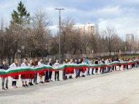 """Ученици от СУ """"Стоян Заимов"""" – Плевен изработиха 66-метрово знаме /видео/"""