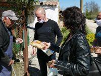 Млади социалисти раздаваха козунаци, шарени яйца и предпазни маски на самотни възрастни хора в Плевенско