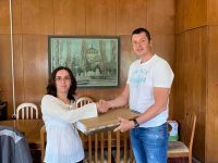 Депутатът Стефан Бурджев дари лаптоп на многодетна майка от Плевен