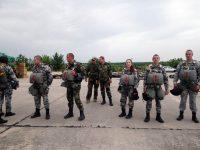 """Бъдещи летци от ВВВУ """"Георги Бенковски"""" изпълниха първите си парашутни скокове"""