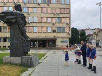 """Ученици от НУ """"Христо Ботев"""" – Плевен отбелязаха 183-та годишнина от рождението на Васил Левски."""