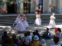 """На весел празник се забавляваха деца пред НЧ """"Съгласие"""" – Плевен, гост бе Иван Гранитски"""