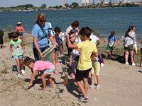 Деца почистиха плажната ивица и крайбрежната алея на Никопол