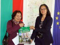 С усмивка и подарък посрещаха днес първите посетители в Община Левски