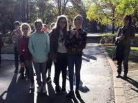 Младежи проведоха урок на открито по английски език в плевенски парк