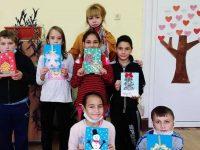 Децата от село Българене изпращат коледни послания в рисунки, картички и сувенири