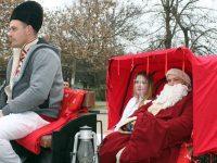 Дядо Коледа и Снежанка обиколиха домовете на послушните деца в Кнежа