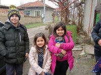 Четвъртокласници от Левски зарадваха децата от село Българене, чиято къща изгоря
