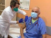 """Управителят на МБАЛ """"Свети Панталеймон"""" – Плевен сред първите ваксинирани срещу COVID-19"""