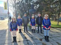 """Учениците от НУ """"Христо Ботев"""" отбелязаха 173 години от рождението на своя патрон"""