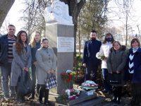 Жителите на град Левски поднесоха цветя пред паметника на Христо Ботев